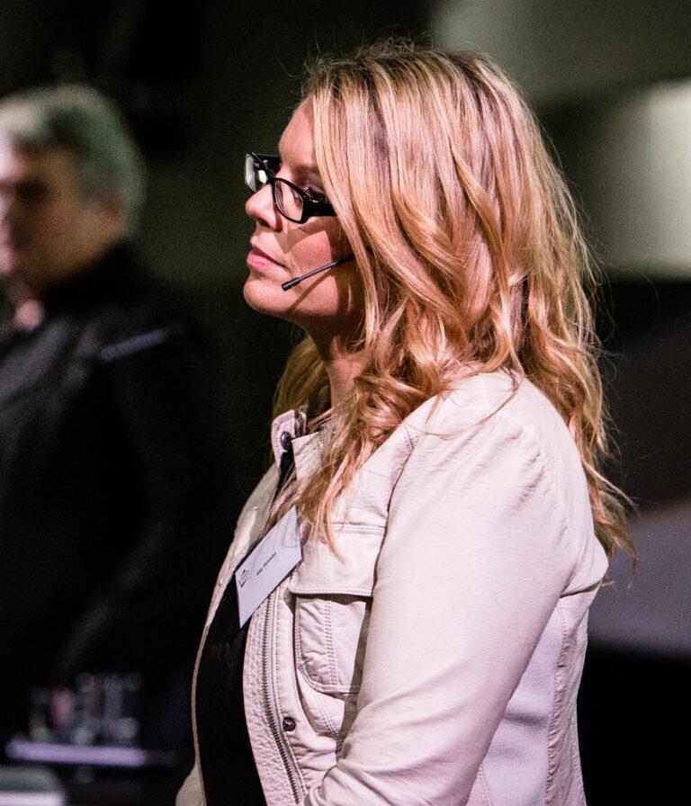 Moderatorin Gila Thieleke beim Kongress Disruptive Innovation auf dem Expo Gelände Hannover